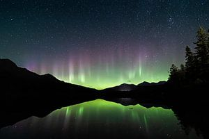 Noorderlicht reflecties in Patricia Lake