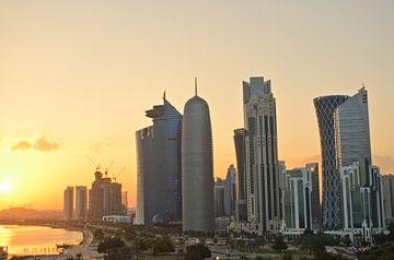 Moderne Skyline von Doha während eines arabischen Sonnenuntergangs von iPics Photography