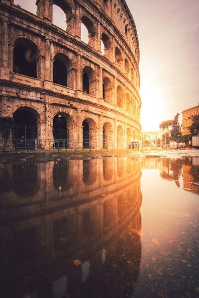 Sectie van het Colosseum in Rome voor zonsopgang met reflectie van Jan Wehnert