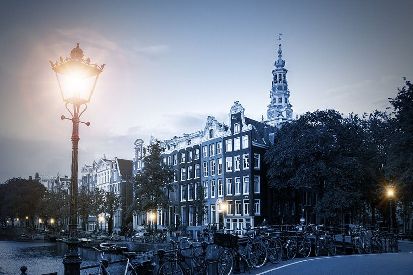 Lantaarn verlichting in blauw Amsterdam van Dennis van de Water