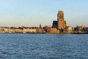 Skyline van Dordrecht met Grote Kerk tijdens zonsondergang