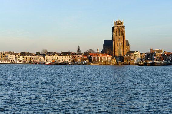 Skyline van Dordrecht met Grote Kerk tijdens zonsondergang van Merijn van der Vliet