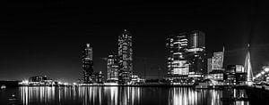 Kop van Zuid bij nacht panorama zwart wit van