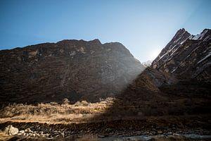 Zon komt tussen de bergen