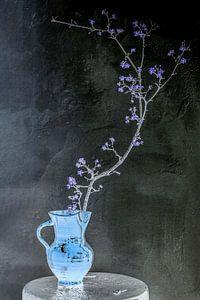 Stilleven: Lente in indigo en lila van Affect Fotografie