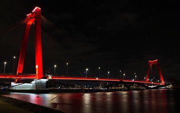 Rotterdam bei Nacht; Willemsbrug von Astrid Luyendijk