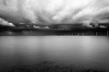 Niederländische Landschaft in Schwarz / Weiß. von Mark de Weger