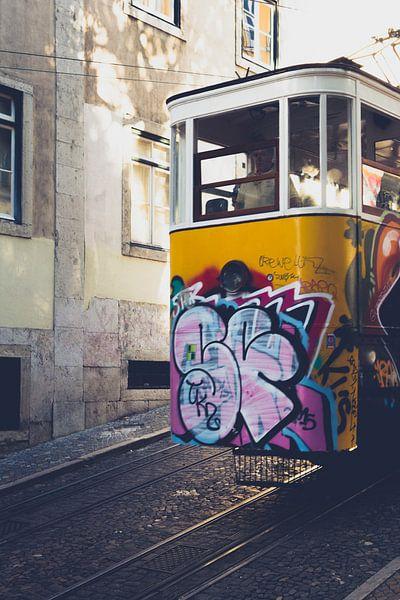 Tram 28 in Lissabon van Martijn van den Enk