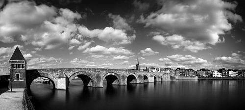 Sint Servaas brug Maastricht, zwart wit