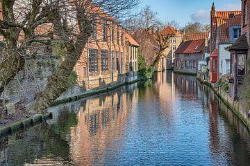 Zicht op stadsgracht en achtergevels in Brugge vanop Mariabrug van Mike Maes