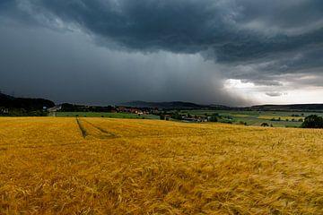 Herleshausen in een zomerse onweersbui van Roland Brack
