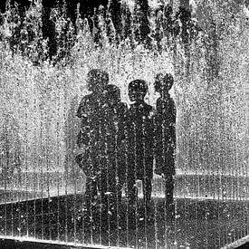 Kinderen staan in waterfontein van Arie Storm