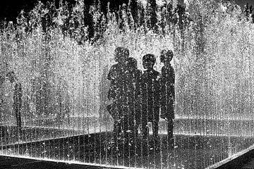 Kinderen staan in waterfontein van