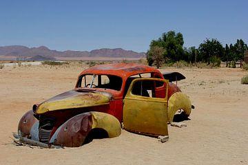 Klassieke auto in woestijn van Inge Hogenbijl