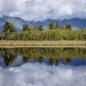 Reflexionen vom Lake Matheson (Neuseeland) von Hans Moerkens