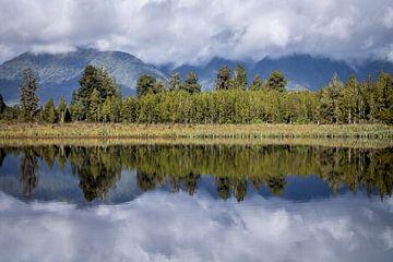 Reflecties van Lake Matheson (Nieuw-Zeeland) van Hans Moerkens