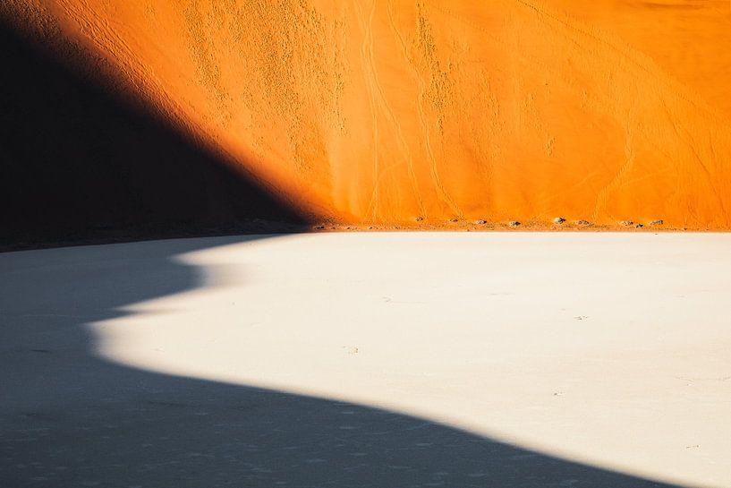 Schaduw over de Dodevlei / Deadvlei - Sossusvlei, Namibië van Martijn Smeets