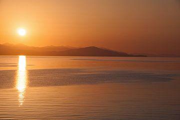 Zonsondergang boven Lake Sevan, Armenië, hooglanden van