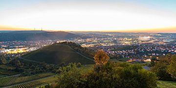 Uitzicht vanuit de grafkapel over Stuttgart bij nacht van Werner Dieterich