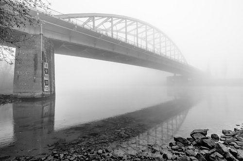 Nevel boven de Arnhemse Rijn met de John Frostbrug