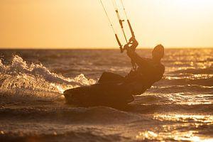 Kitesurfen ondergaande zon van Ton Tolboom
