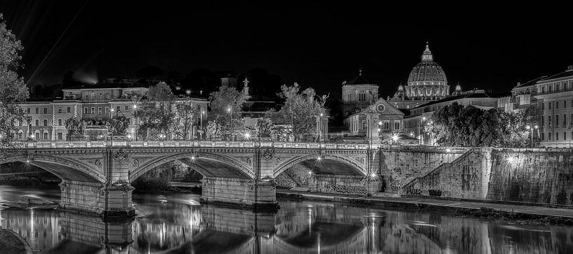 Rome - Vaticaan - Ponte Vittorio Emanuele II  at night in Black and White  van Teun Ruijters