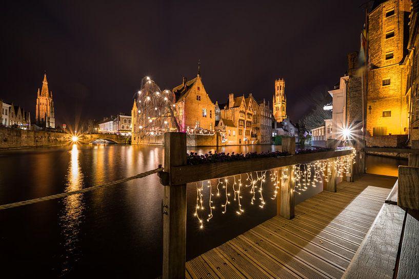 Haus Perez de Malvenda und Glockenturm von Brügge während der Weihnachtszeit von Marcel Derweduwen