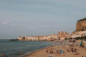 Der Strand von Cefalu mit Blick auf die Stadt, Sizilien Italien von Manon Visser