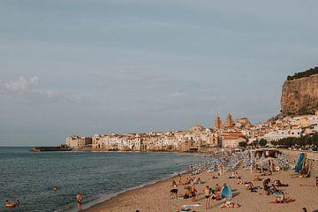 Het strand van Cefalu met uitzicht op de stad, Sicilië Italië van Manon Visser