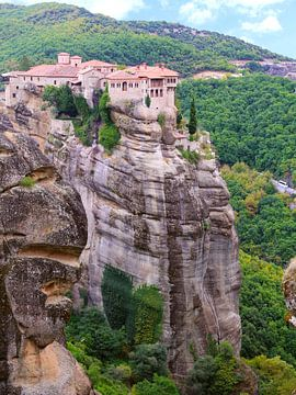 Klooster Varlaam op rotsen in het Meteoragebergte, Griekenland van Ines Porada