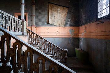 Verlassenes Treppenhaus mit Weltkarte. von