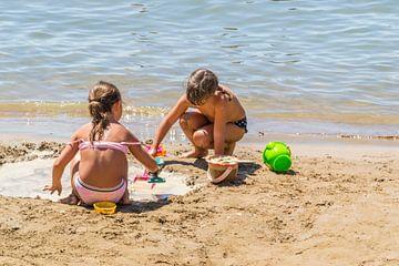 spelende kinderen aan het water van
