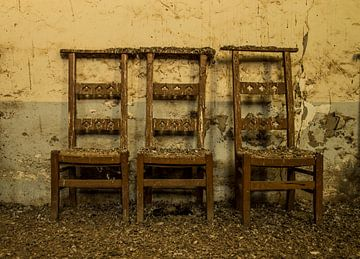 Wachtende stoelen van Demian Otten