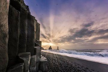 Impressie van Reynisfjara strand tot zonsopgang van Melanie Viola