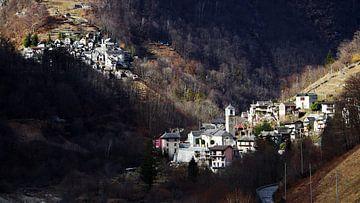 De bergdorpjes Corippo en San Bartolomeo, gezien vanuit Vogorno - Ticino - Zwitserland van