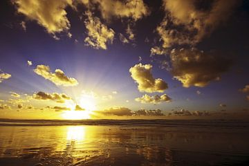 Wunderschöner Sonnenuntergang an der holländischen Küste von Nisangha Masselink