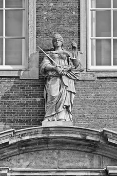 Décoration de Lady Justice d'un ancien bâtiment en brique sur Tony Vingerhoets