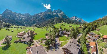 Bergdorf in der Nähe der Gipfel von Les Diablerets, Gsteig bei Gstaad, Kanton Bern, Schweiz von Rene van der Meer