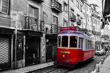 Rode tram in binnenstad van Lissabon van Kim de Been