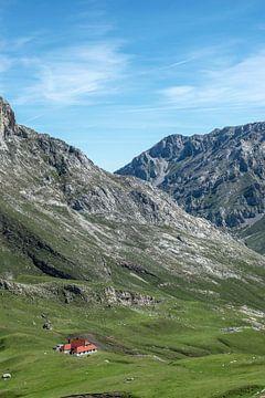 Afgelegen boerderij op ruim 2 kilometer hoogte in de Picos de Europa, Noord Spanje van