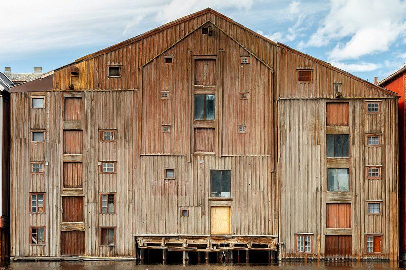 Old wooden warehouse Trondheim Norway sur Menno Schaefer