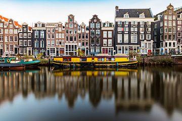 Amsterdam, Kanalhäuser und ein gelbes Hausboot von Arjan Almekinders
