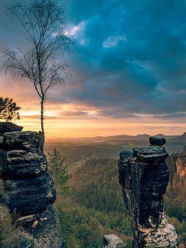 Uitzicht over het Elbsandsteingebergte In Saksisch Zwitserland bij zonsopkomst. van John Trap