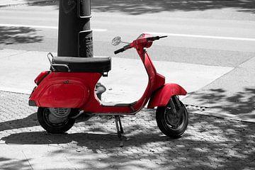 rode motorscooter langs de weg van Heiko Kueverling