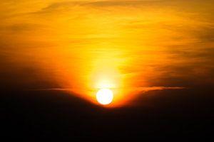 Ondergaande zon op een zomerse dag
