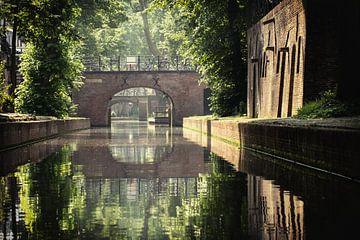 De Brigittenbrug over de Nieuwegracht in Utrecht in de zomer (1) van