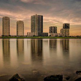 Skyline Spijkenisse, Terrasse an der Maas Sonnenuntergang von Marjolein van Middelkoop