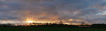 Zonsondergang met regenwolken van Wim vd Neut