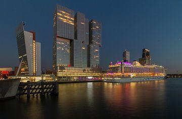 Cruiseship Aida Perla in Rotterdam van Peter Hooijmeijer