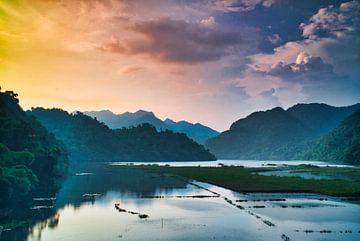 zonsondergang boven de jungle van
